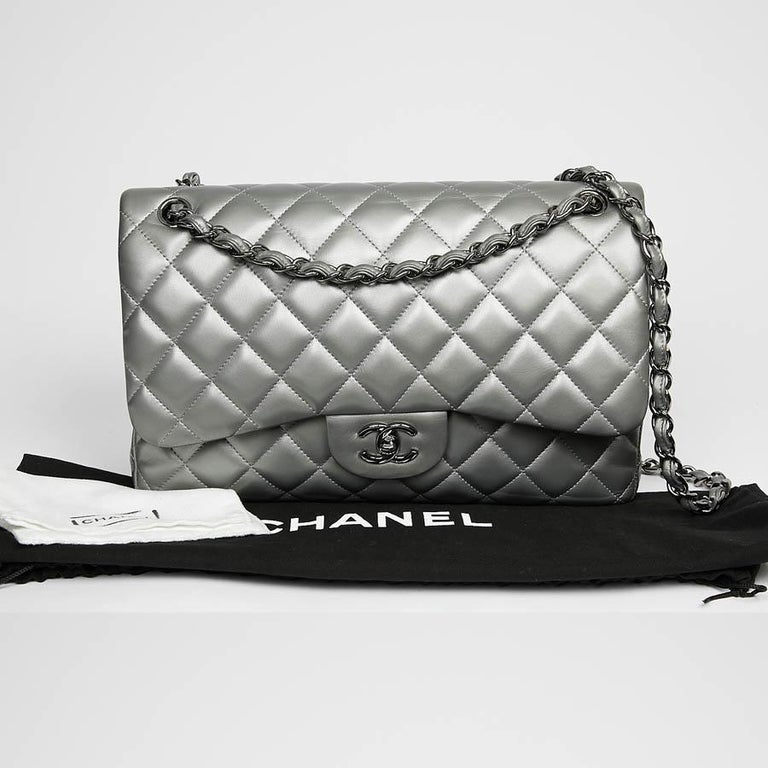 Iconic bag from Maison Chanel created by Gabrielle Chanel. Both elegant with its lambskin quilting inspired by the equestrian world that is dear to it and modern with its shoulder strap intertwining chain links and leather ribbons to allow it to be
