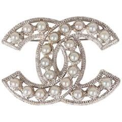 CHANEL light silver FAUX PEARL CC Brooch