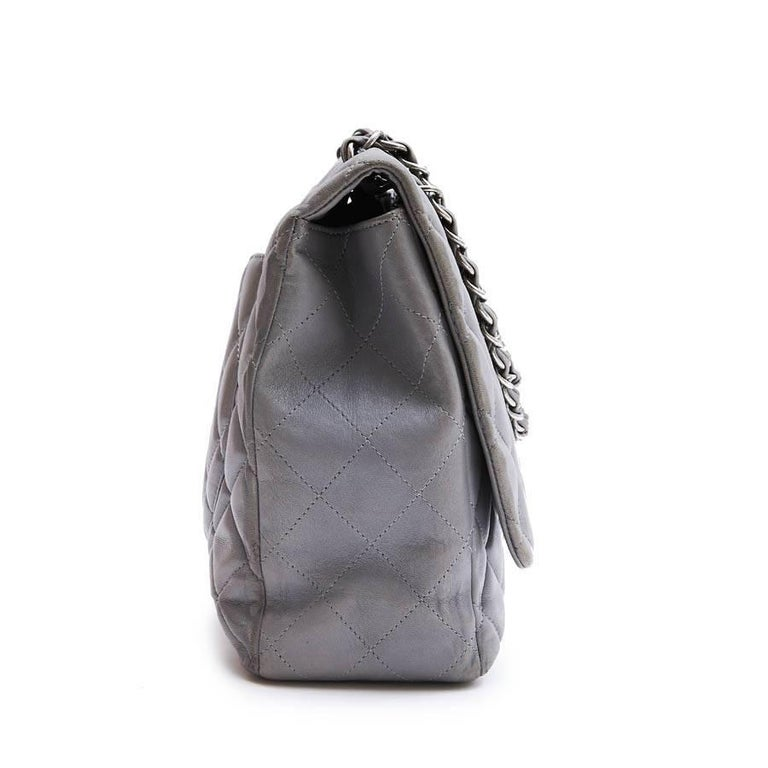 67dd01262 CHANEL Maxi Jumbo Bag in Pearl Gray Quilted Leather In Good Condition For  Sale In Paris