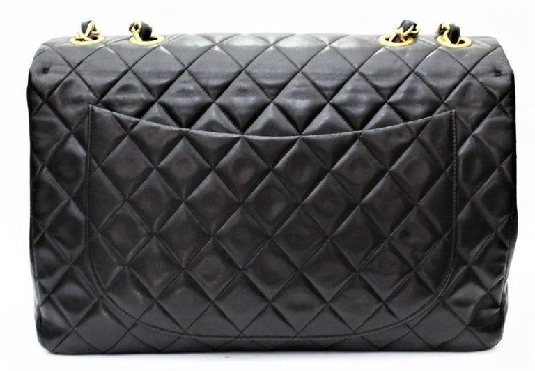 Chanel model Maxi Jumbo XL. This nineties jewel made with a very soft quilted lambskin. A characteristic of this bag is also the hardware that remains wet in 24-carat gold. It is definitely a timeless bag that is always in fashion but will always
