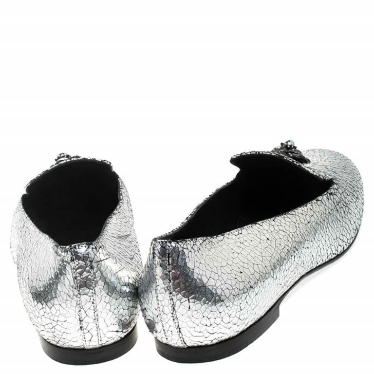 Chanel Metallic Textured Leather Camellia Loafers Size 40 In Good Condition For Sale In Dubai, Al Qouz 2