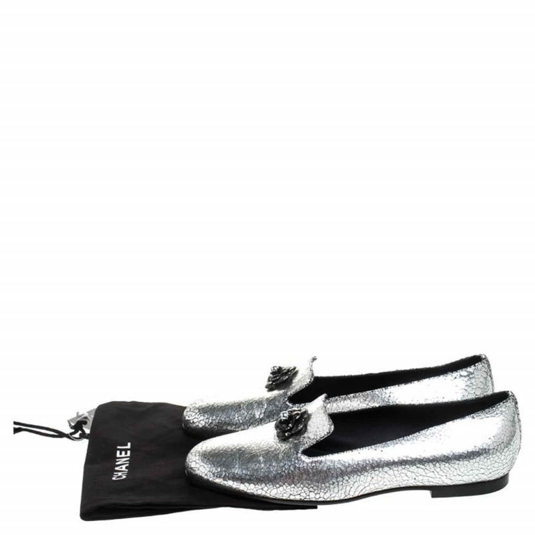 Chanel Metallic Textured Leather Camellia Loafers Size 40 For Sale 4