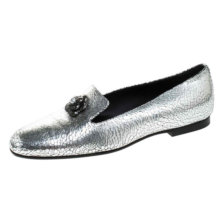 Chanel Metallic Textured Leather Camellia Loafers Size 40 For Sale