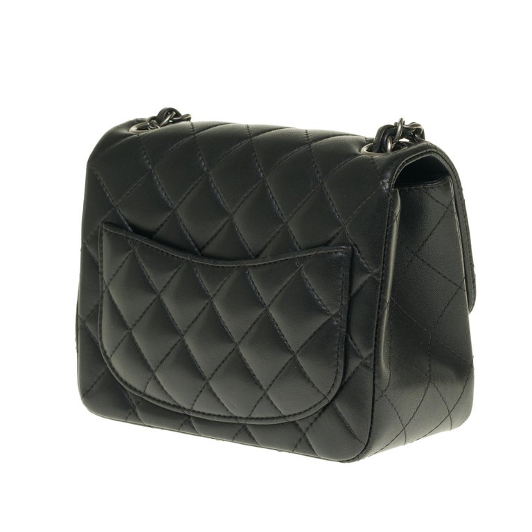 Chanel Mini square handbag in black quilted leather, Silver hardware In Excellent Condition For Sale In Paris, Paris