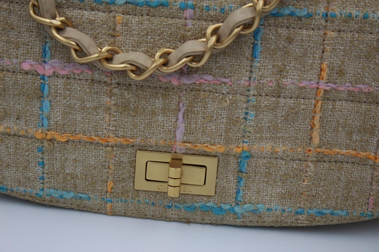 Chanel Tweed and leather multicolor bag. You wan wear it hand with the chain strap or shoulder with the leather long strap ( that can be removed) Good condiition, just light signs of use . Corners in really good condition. Size 26*14