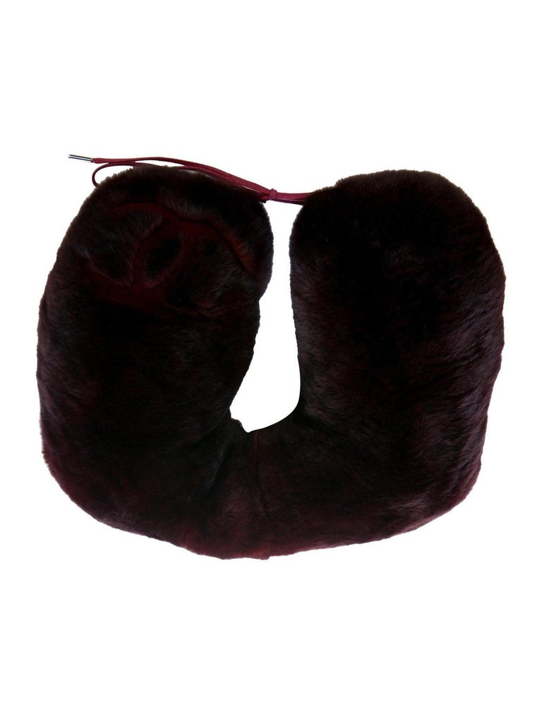 Chanel NEW CC Bordeaux Orylag Fur Drawstring Men's Women's Travel Neck Pillow In Excellent Condition For Sale In Chicago, IL