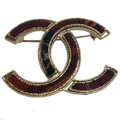 CHANEL 'Paris-Edinburgh' CC Brooch in Gilt Metal and Red and Black Tweed