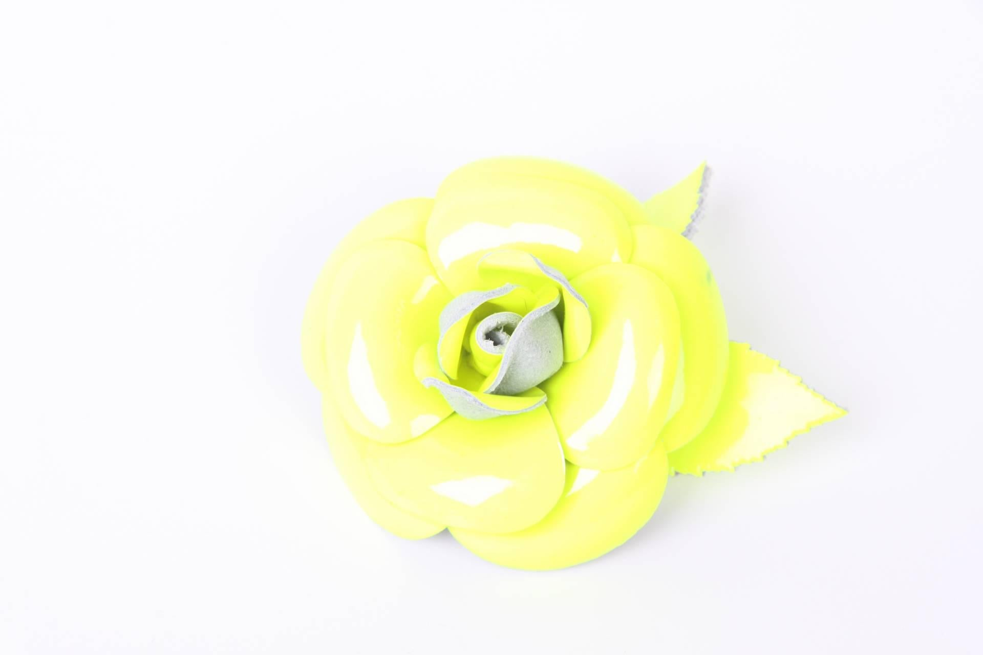 Chanel Patent Leather Camellia Brooch Pin - Fluorescent Yellow giKrUl