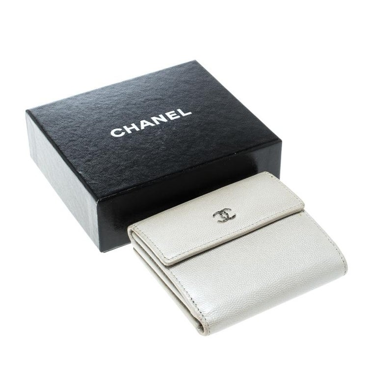 Chanel Pearl White Pebbled Leather Compact Wallet For Sale 5