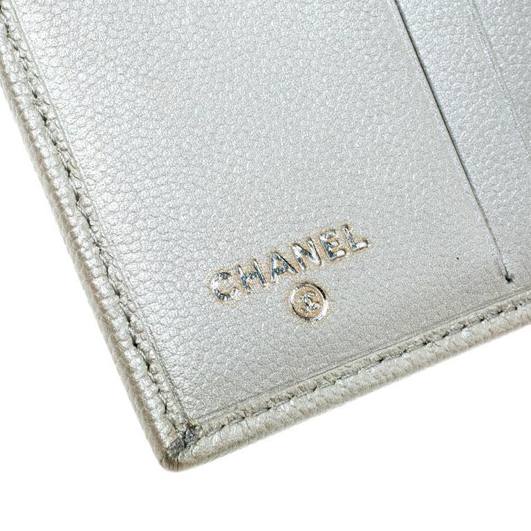 Chanel Pearl White Pebbled Leather Compact Wallet For Sale 1