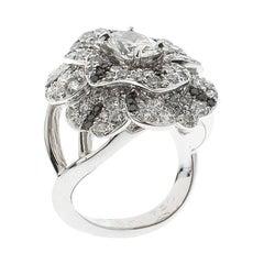 Chanel Pétales de Camélia Ring aus 18k Weißgold mit ovalem Solitär-Diamanten und schwarzen Diamanten