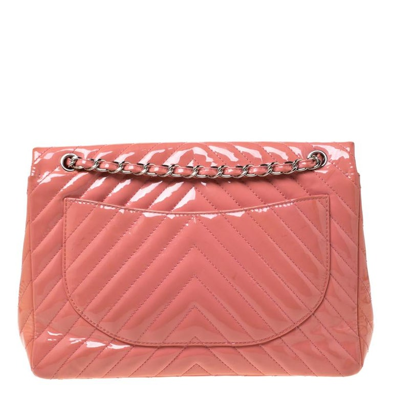 We are in absolute awe of this Classic Single Flap bag from Chanel as it is appealing in a surreal way. Crafted from patent leather it features the iconic chevron quilted pattern. It has a chain and leather interwoven strap along with the CC twist