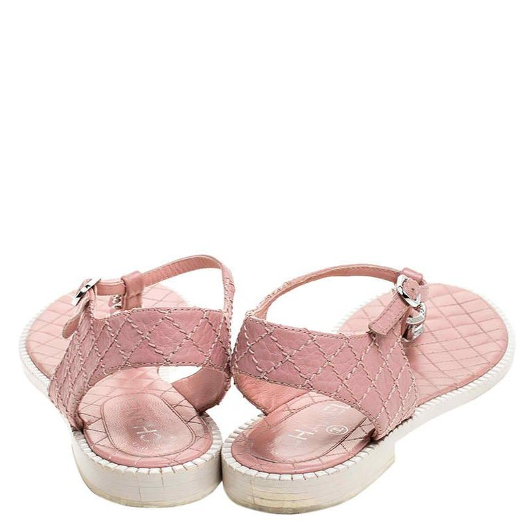 Chanel Pink/White Quilted Leather Chain Link Thong Flat Sandals Size 41 In Good Condition For Sale In Dubai, Al Qouz 2