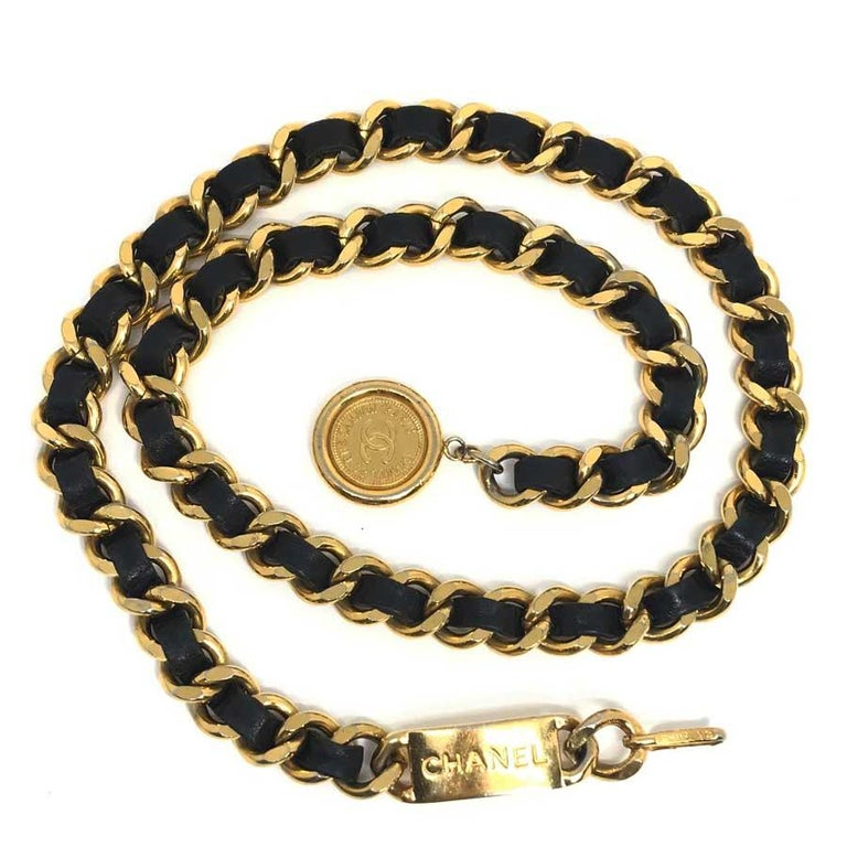 Beautiful Chanel belt in chain and vintage intertwined leather. The clasp is a hook, just before this is a plate with CHANEL inscribed. The belt ends with a golden medal, signed CC, Chanel Paris, 31, rue Cambon. This chain belt is one of the