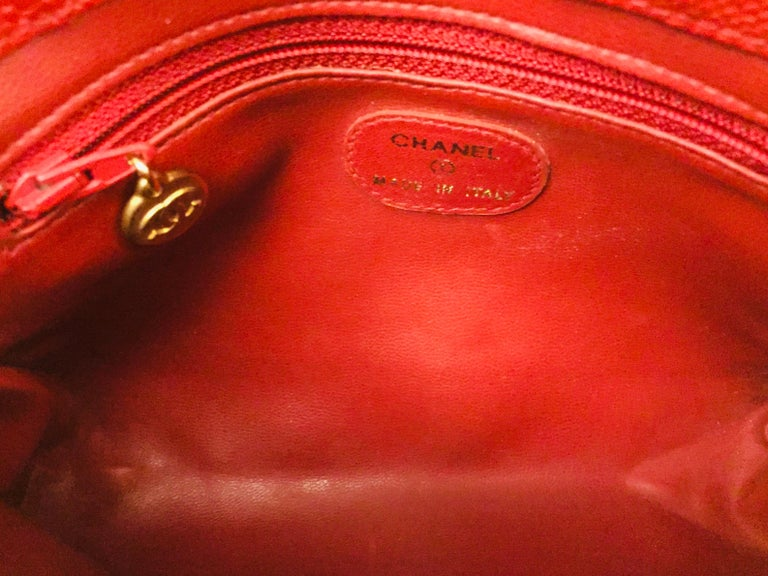 Chanel red caviar cosmetic bag  In Excellent Condition For Sale In Sheung Wan, HK