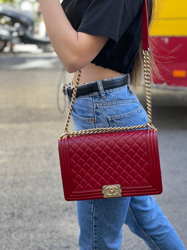 Chanel bag in red leather, golden hardware. Equipped with leather shoulder strap and adjustable chain. Closure with interlocking flap with the corresponding CC, internally capacious. Equipped with its own card. The product is in excellent condition,