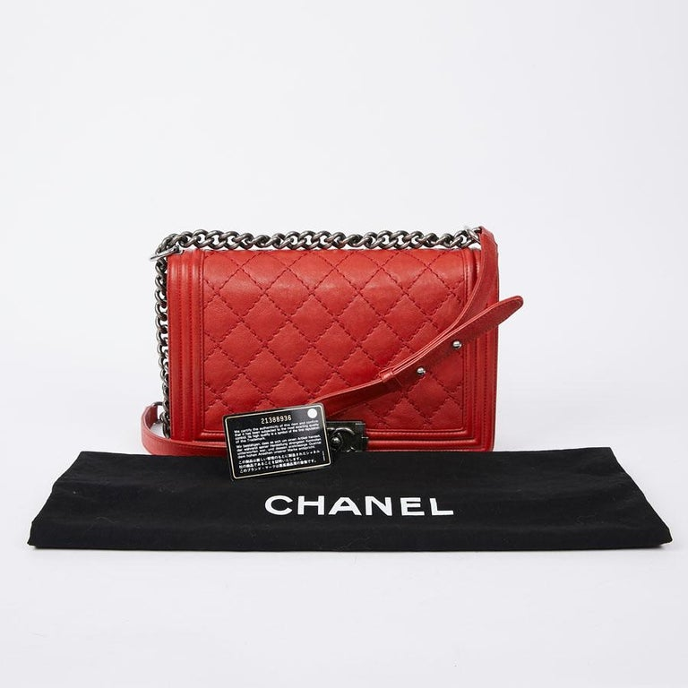 Chic and elegant, Boy's name is given in tribute to Boy Capel, the friend of Coco Chanel who would have financed the first shop on rue Cambon in Paris. This iconic model stands out for its bright color. This big bag Boy Bag is in red calfskin. The