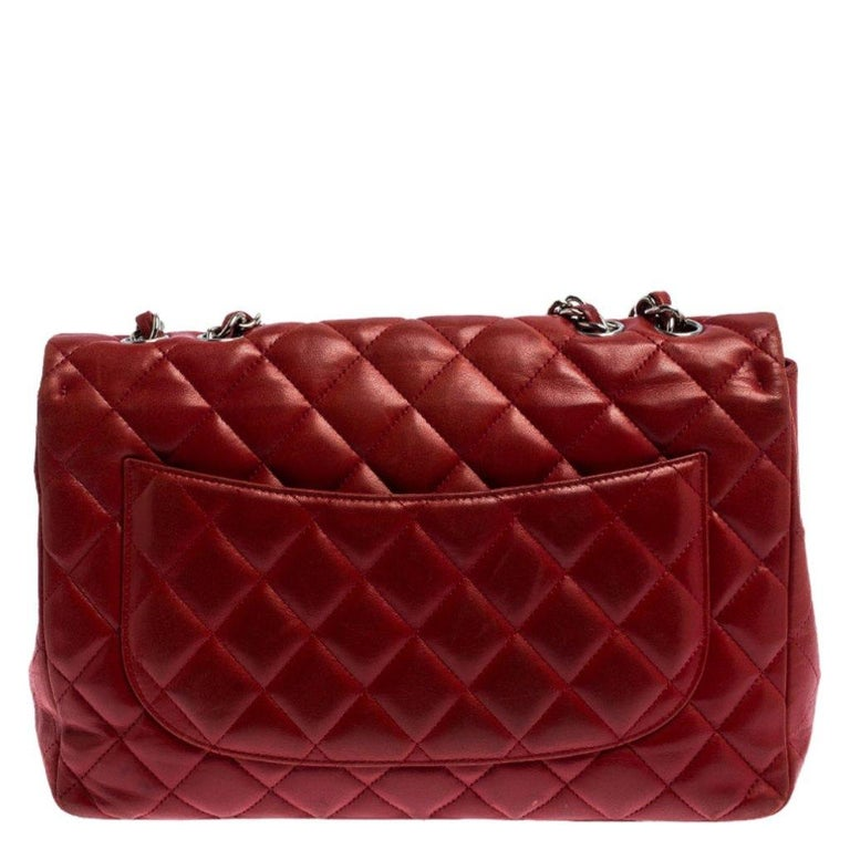 We are in utter awe of this flap bag from Chanel as it is appealing in a surreal way. Exquisitely crafted from leather in their quilt design, it bears their signature label on the leather interior and the iconic CC turn-lock on the flap. The piece