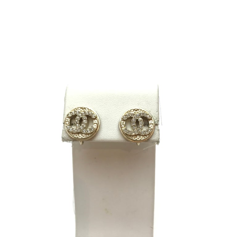 The earrings are clips from Maison CHANEL. They are in pale gold-plated metal on which we discover CC set with rhinestones. Never worn. Presence of the mark stamp on the back of each clip. The clips have a diameter of 1.5 centimeters and come from