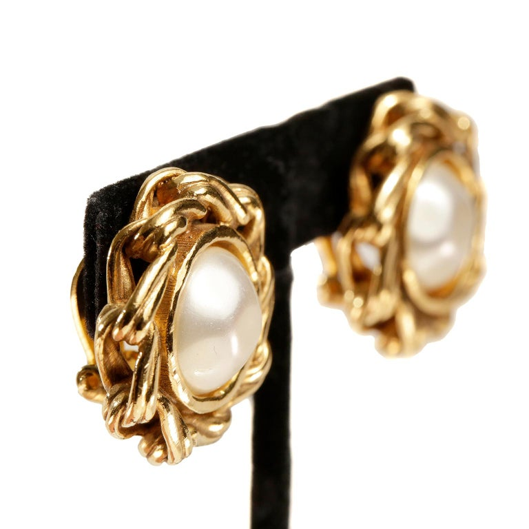 Chanel Round Pearl Clip On Earrings In Good Condition For Sale In Palm Beach, FL