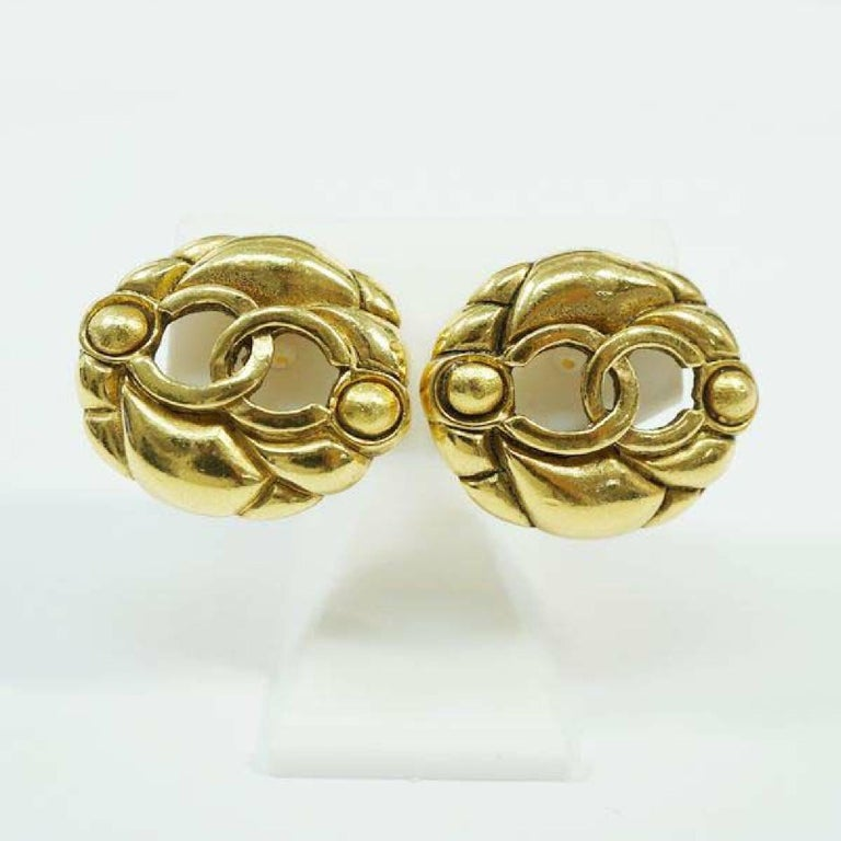 An authentic CHANEL round-shaped coco mark GP Womens earrings gold The outside material is GP. This item is Contemporary. The year of manufacture would be 1986. Rank AB signs of wear (Small) Used goods in good condition with signs of wear according