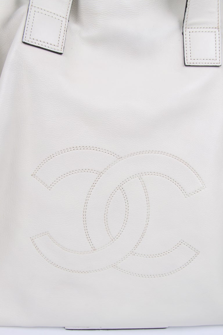 Large size shopper by Chanel in a beautiful off-white color.  Two wide shoulder straps on top, closure with a magnetic snap button. The chain with cute little quilted pouch can of course also be worn on the shoulder. At the front a large embroidered