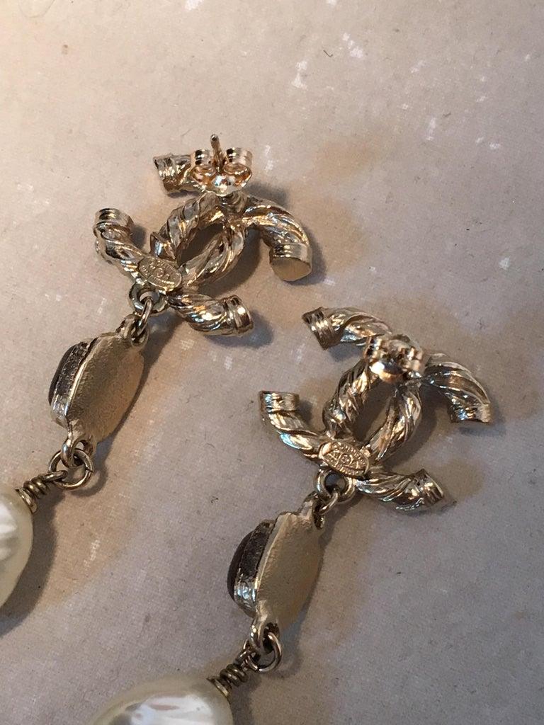 Chanel Silver CC logo Teardrop Pearl Dangle Earrings For Sale 1