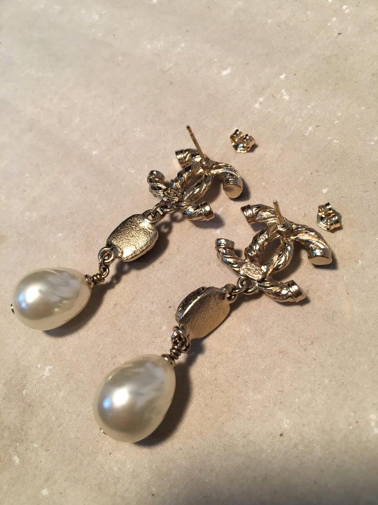 Chanel Silver CC logo Teardrop Pearl Dangle Earrings For Sale 2