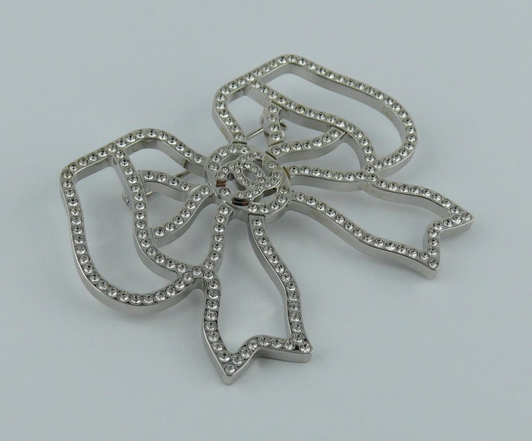 Chanel Silver Toned Jewelled Bow Brooch In Excellent Condition For Sale In Nice, FR