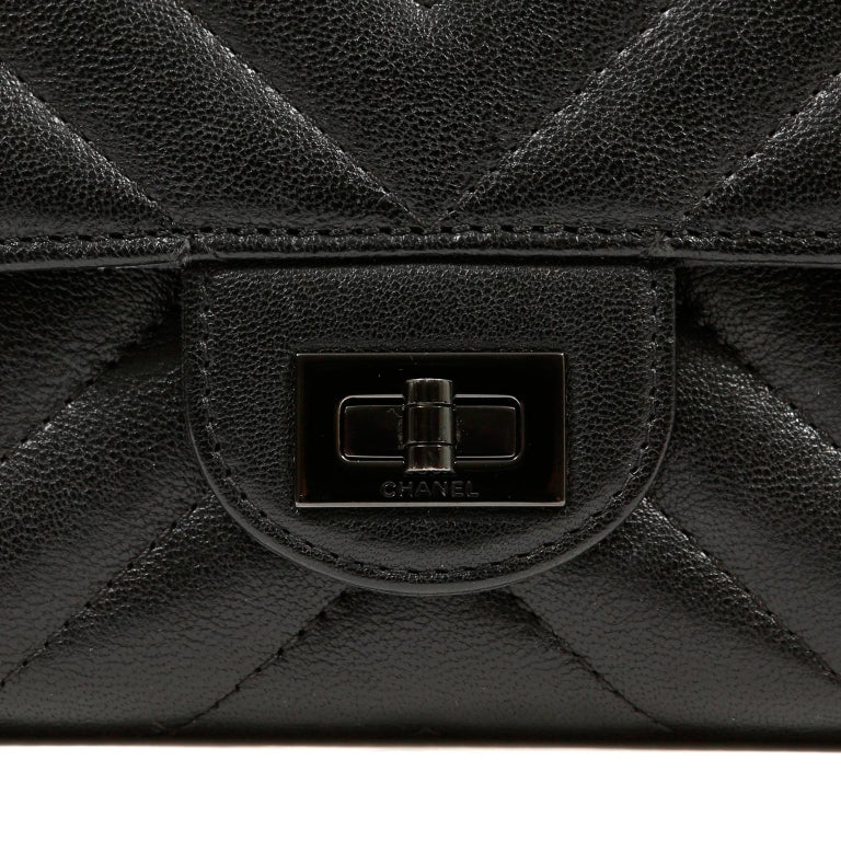 Chanel So Black Chevron Leather Wallet on a Chain In Excellent Condition For Sale In Palm Beach, FL