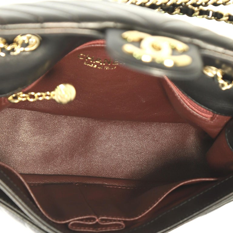 a0a9e713ce3e Chanel Surpique CC Flap Bag Chevron Lambskin Medium For Sale at 1stdibs