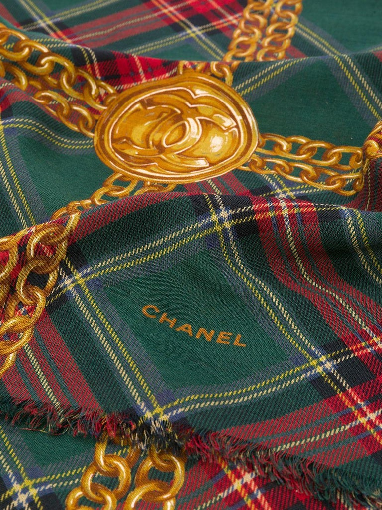 Crafted in France from an intricate blend of wool and silk, this pre-owned scarf by Chanel features a lightweight construction, a square shape and an elegant, all-over red and green tartan print. For an added touch of sophistication, the piece is