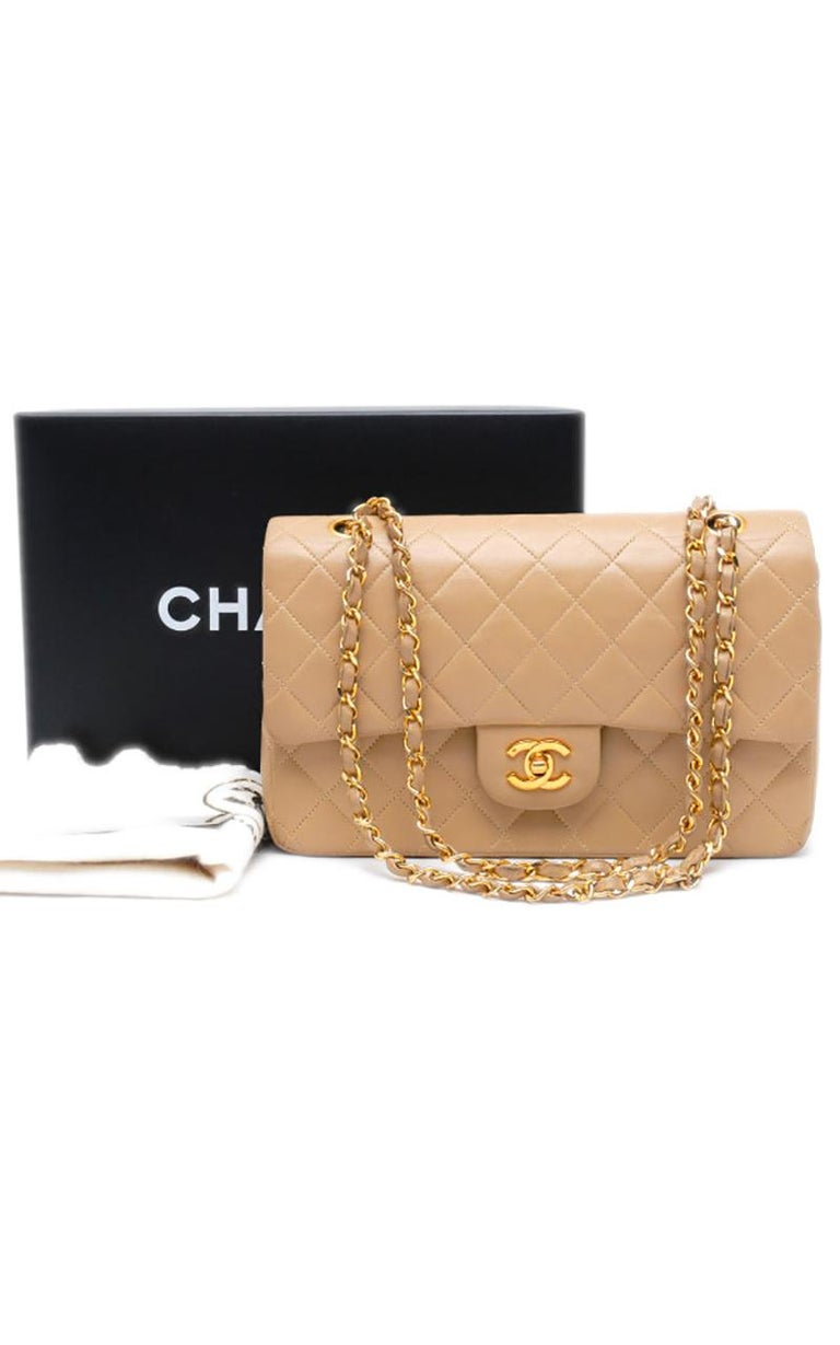 Chanel Timeless handbag in beige quilted leather  Condition : Very Good Collection : Timeless Model : Timeless Classic Gender : Ladies Color : Beige Material : Leather Length : 25 cm Height : 17 cm Width : 7 cm Category : Handbag Shoulder strap : 34