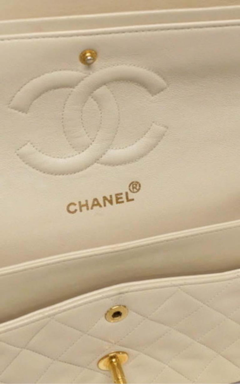 Chanel Timeless medium handbag in Ivory quilted leather and gold hardware In Good Condition In Paris, FR