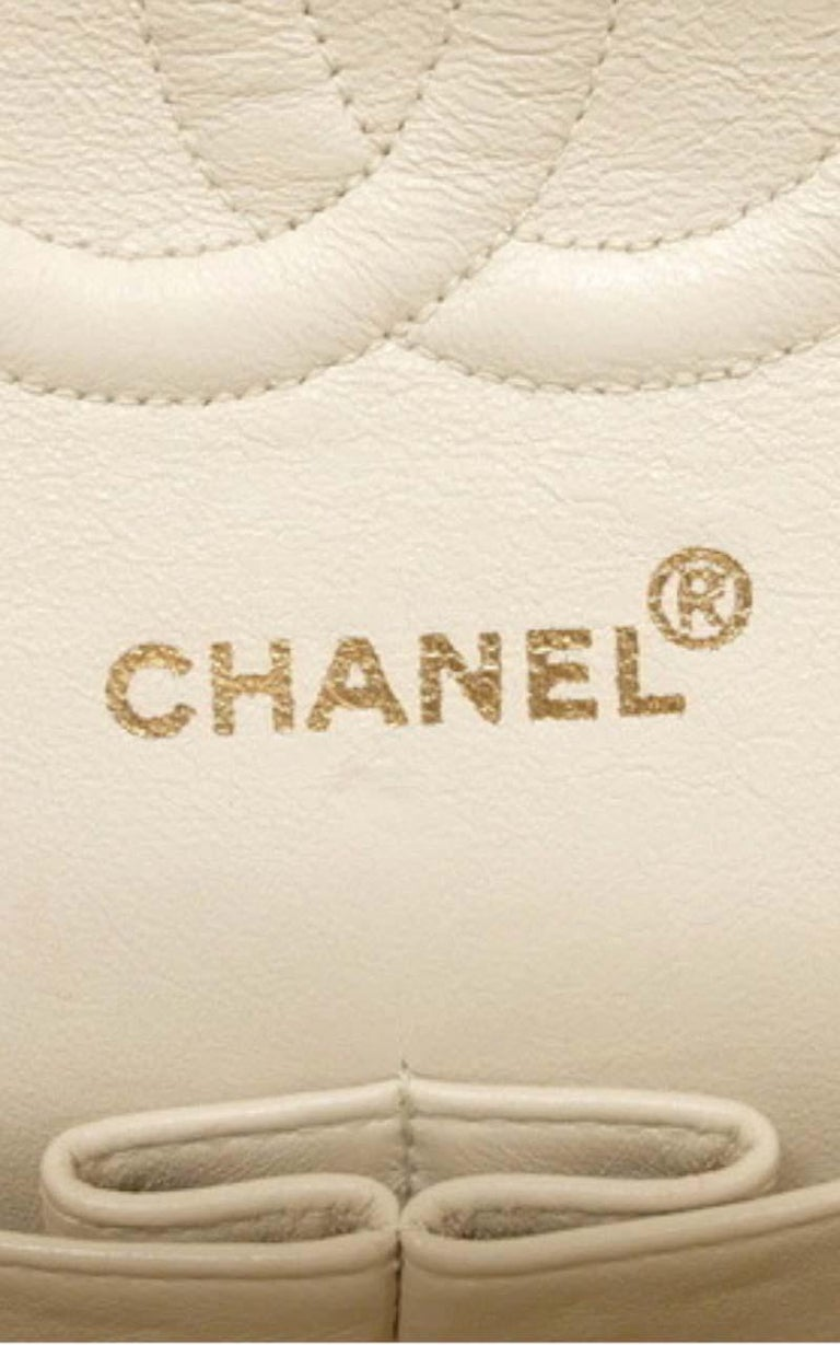 Chanel Timeless medium handbag in Ivory quilted leather and gold hardware 3