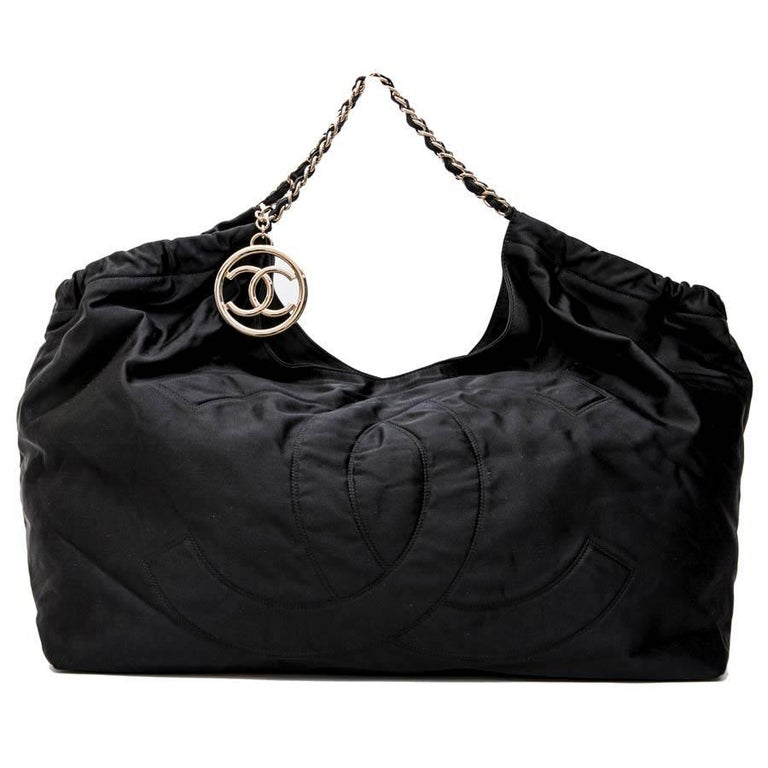 CHANEL Tote Bag in Black Duchess Satin In Good Condition For Sale In Paris, FR