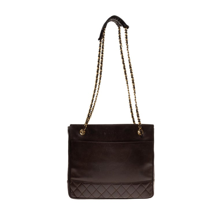 CHANEL bag in brown lambskin leather, partially quilted. Double chain handle in golden metal interlaced with brown leather. Charms with a logo. Interior in burgundy lamb leather. Signature: