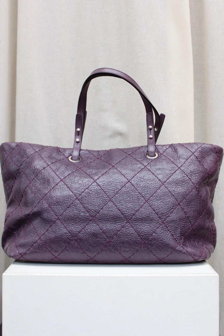 Chanel tote bag in over stitched eggplant leather In Excellent Condition For Sale In Paris, FR