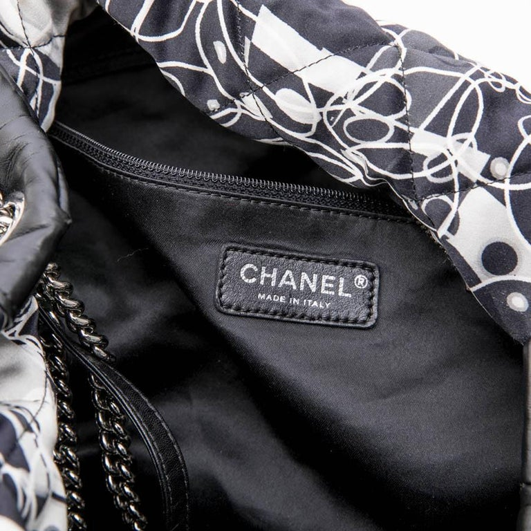 CHANEL Tote Bag in Silk Scarf and Black Smooth Lamb Leather For Sale 7