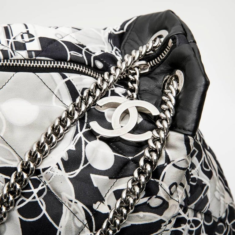 CHANEL Tote Bag in Silk Scarf and Black Smooth Lamb Leather For Sale 4