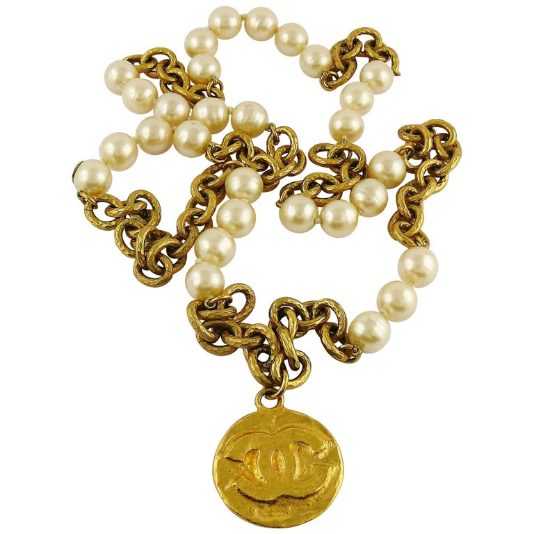 70296dc6930f2 Chanel Vintage 1993 Chunky Gold Toned Chain Pearl Necklace CC Medallion For  Sale