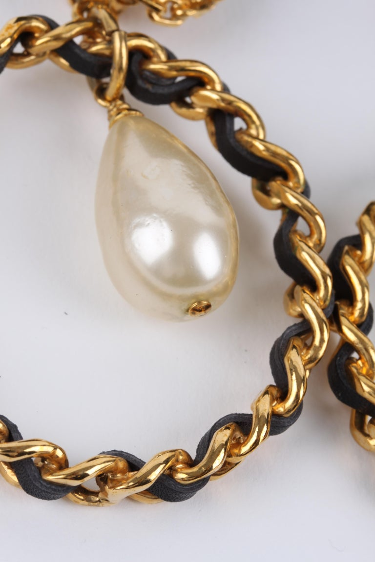 Chanel Vintage 90's Hoop Earrings with Pearl Drop - gold/black    In Excellent Condition For Sale In Baarn, NL