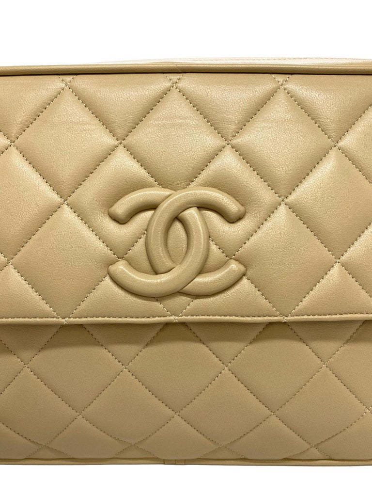Chanel Vintage Beige Quilted Lambskin Leather Camera Bag with Gold Hardware For Sale 4