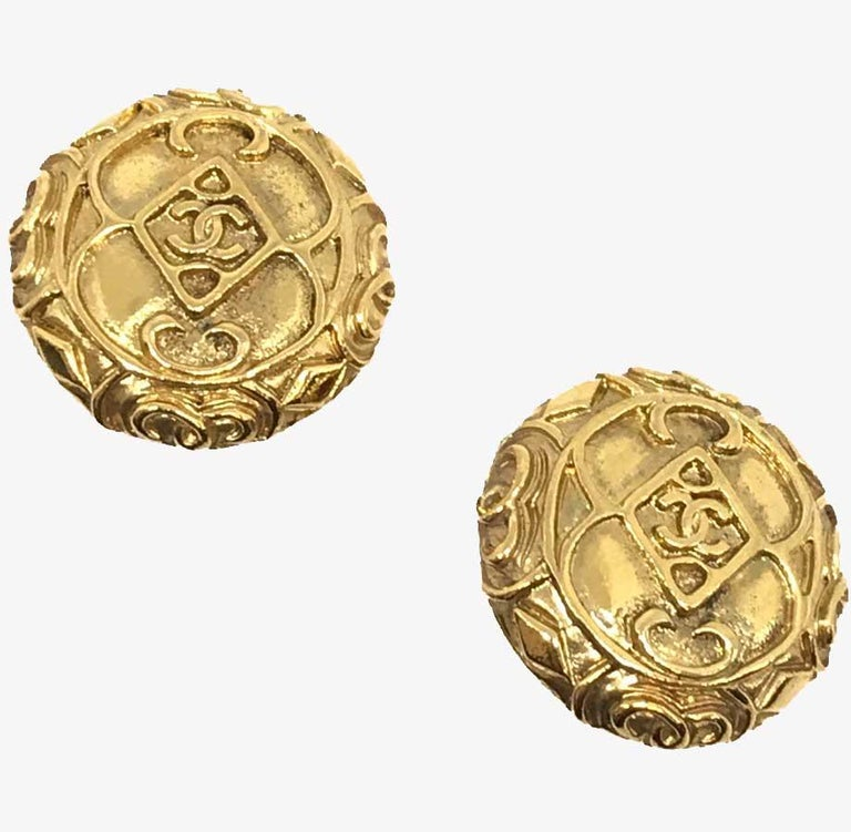 Find the essence of CHANEL in these round golden metal clips with the famous CC emblem as a signature. A classic! CHANEL clips are vintage and in good condition. They are in gilded metal with some signs of wear in places. They measure 3 cm in