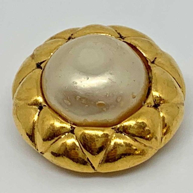 CHANEL Vintage Clip In Golden Metal For Sale 1
