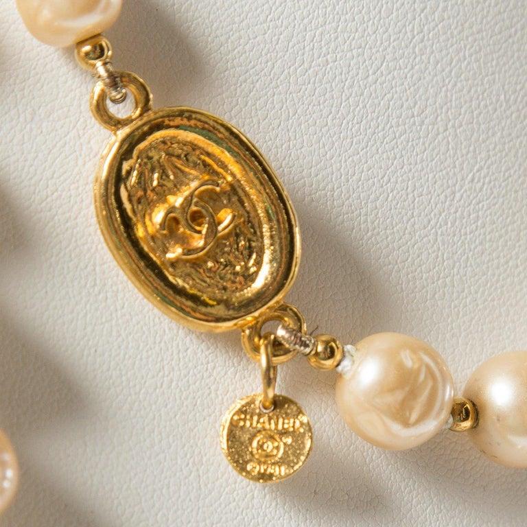 Women's CHANEL Vintage Faux Pearl Sautoir Necklace For Sale
