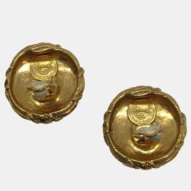 CHANEL Vintage Gold Clip Earrings In Excellent Condition For Sale In Paris, FR
