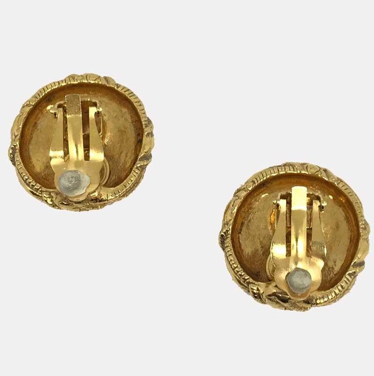 Women's CHANEL Vintage Gold Clip Earrings For Sale