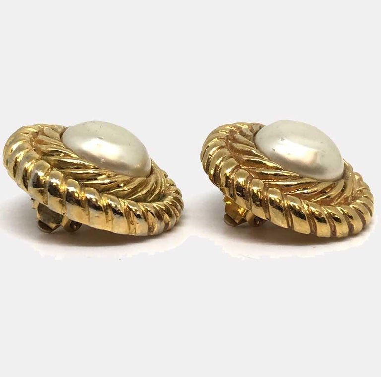 CHANEL Vintage Gold Earrings In Good Condition For Sale In Paris, FR