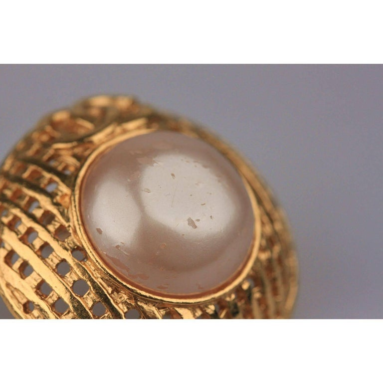 CHANEL Vintage Gold Metal and Faux Pearls GRID Clip On EARRINGS In Good Condition For Sale In Rome, Rome